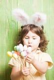 белизна ушей зайчика предпосылки изолированная девушкой Стоковые Фото