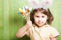 белизна ушей зайчика предпосылки изолированная девушкой Стоковое фото RF