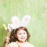 белизна ушей зайчика предпосылки изолированная девушкой Стоковая Фотография RF