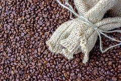белизна фасолей мешка предпосылки изолированная кофе Стоковое Изображение