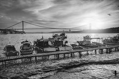 Белизна черноты побережья захода солнца Стамбула Bosphorus Стоковые Фотографии RF