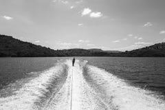 Белизна черноты подростка катания на водных лыжах стоковое изображение rf
