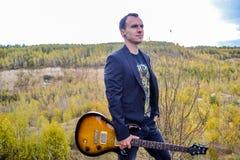 белизна человека предпосылки изолированная гитарой Стоковое фото RF