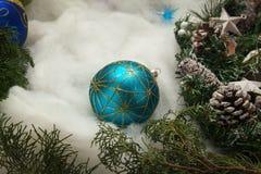 белизна шарика голубым изолированная рождеством Стоковые Изображения RF