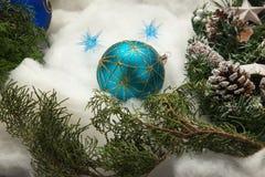 белизна шарика голубым изолированная рождеством Стоковые Изображения