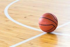 белизна шарика предпосылки изолированная баскетболом Стоковое фото RF