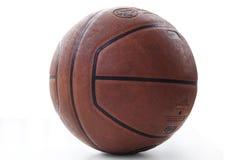 белизна шарика предпосылки изолированная баскетболом стоковое изображение