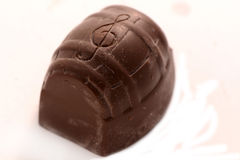 белизна шоколада конфеты предпосылки изолированная взрезом Стоковые Фото