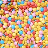 белизна шоколада конфеты предпосылки изолированная взрезом Стоковые Изображения RF
