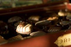 белизна шоколада конфеты предпосылки изолированная взрезом Стоковое фото RF
