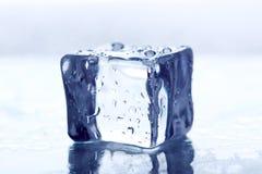 белизна льда кубика предпосылки Стоковые Изображения