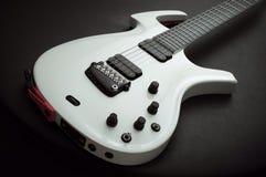 белизна электрической гитары стоковое изображение rf