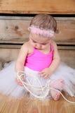 белизна юбки милой девушки балерины младенца счастливая изолированная очень нося Стоковые Фотографии RF