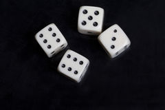 Белизна 4 dices в черной предпосылке Стоковые Изображения RF