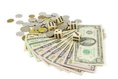 Белизна Dices на американских долларовых банкнотах и монетках изолированных на белизне Стоковое Изображение RF