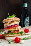 белизна dof бургера предпосылки свежая низкая вкусная Стоковое Изображение RF