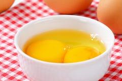 Белизны и желтки яичка в шаре Стоковые Фото