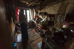 Бедные человеки в его доме Кастовая система все еще неповрежденное сегодня но правила как не тверды по мере того как они находили Стоковая Фотография