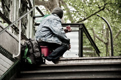 Бедный человек в Париже стоковое изображение