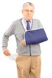 Бедный человек при сломленная рука показывая его пустое карманн Стоковая Фотография RF