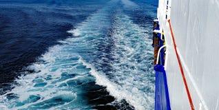 Белое бодрствование корабля пены в океане Стоковая Фотография