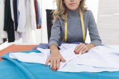 Белое вещество женщины складывая Стоковые Фото