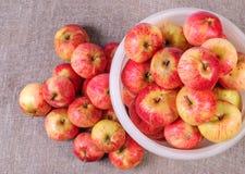 Белое ведро с красными яблоками над взглядом Стоковое Изображение RF