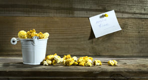 Белое ведро с попкорном Стоковое Фото