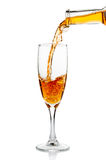 Белое вино лить в крупном плане кубка Стоковое Изображение