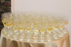 Белое вино на стеклах для приема по случаю бракосочетания Стоковые Фотографии RF