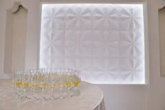 Белое вино на стеклах для приема по случаю бракосочетания Стоковые Изображения RF