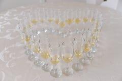 Белое вино на стеклах для приема по случаю бракосочетания Стоковое Фото