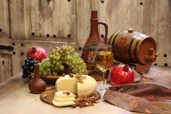Белое вино служило с сыром и плодоовощ Стоковые Фотографии RF