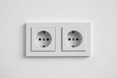 Белое двойное гнездо на стене - электрической штепсельной вилке Стоковое Фото