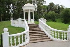 Белое декоративное газебо с загородкой и лестницей стоковая фотография