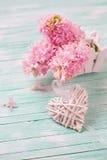 Белое декоративное сердце и розовые гиацинты цветут на бирюзе Стоковое Изображение RF
