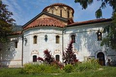 Белое летание над главной церковью, монастырь голубя Bachkovo, стоковое изображение rf