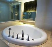 Белое джакузи в ванной комнате Стоковое Фото