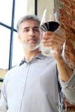Белое или красное вино? Человек льет вино в стекло Стоковое Фото