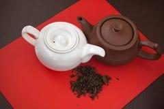 2 белое и коричневые керамические чайники Стоковая Фотография RF