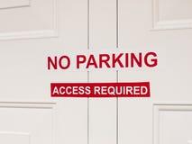 Белое и красная никакой обстрагивая доступ требовали прикрепленного знака стикера Стоковые Фото