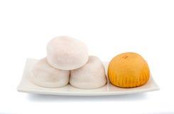 Белое и оранжевое Mochi на белой плите Стоковое Изображение RF