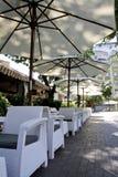 Белое кафе лета в городке взморья Стоковые Фотографии RF