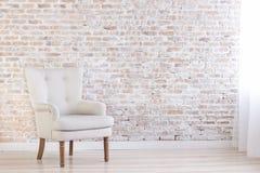 Белое кресло в интерьере просторной квартиры Стоковое Изображение RF