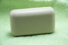 Белое мыло на зеленом полотенце ванны Стоковые Изображения RF