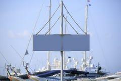 Белое направление сигнала в пристани стоковые фотографии rf