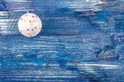 Белое новое Year& x27; шарик s Стоковая Фотография