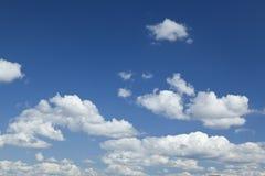 Белое облако в голубом небе стоковое изображение