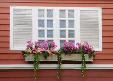 Белое окно на красной стене Стоковые Фото