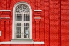 Белое окно против красной стены Стоковое Изображение RF